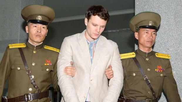 Otto Warmbier (giữa) bị bắt giữ tại Triều Tiên (Ảnh: CBS)