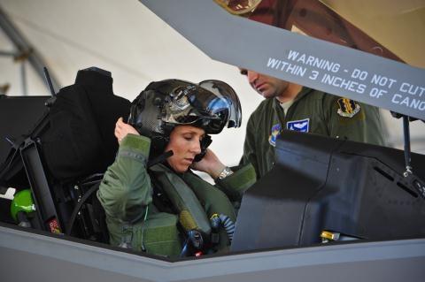 Nữ phi công Mỹ lái F-35.