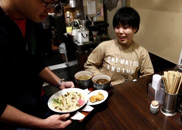 Thực khách ngạc nhiên khi thấy món mỳ côn trùng