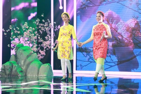 """Trên sân khấu """"Gia đình song ca"""" lần này, hai mẹ con chị Mỹ Công- Phương Vy mặc bộ áo dài cách tân giống như hai chị em, trình diễn ca khúc """"Mùa xuân đầu tiên""""."""