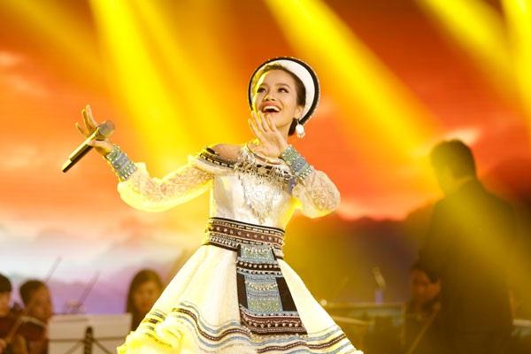 """Với ca khúc """"Tiếng hát trên đỉnh Hoàng Liên"""" - sáng tác: Trần Ngọc Quang, Sèn Hoàng Mỹ Lam thể hiện được giọng hát trong, sáng."""