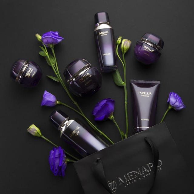 Dòng sản phẩm Embellir của Menard chính là nguồn cảm hứng cho Bộ Sưu tập Kim cương tím của NTK Hoàng Hải.