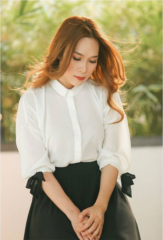 Mỹ Tâm dịu dàng, tinh tế với áo sơ mi trắng với hai chiếc nơ tay kết hợp cùng chân váy đen.