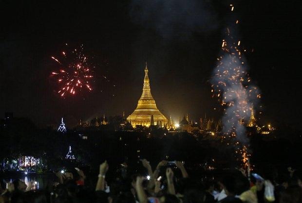 Biển người đón năm mới tại ngôi chùa nổi tiếng Shwedagon ở công viên Kandawgyi tại Yangon, Myanmar (Ảnh: EPA)