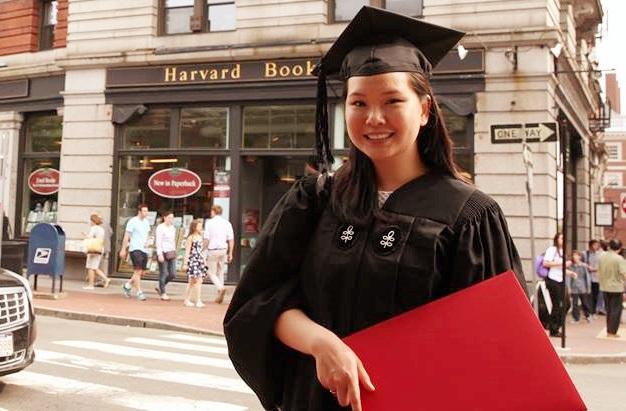 Ngày tốt nghiệp, cô gái gốc Việt xuất sắc nhận giải thưởng cho người có ảnh hưởng lớn tới cộng đồng từ ĐH Harvard.