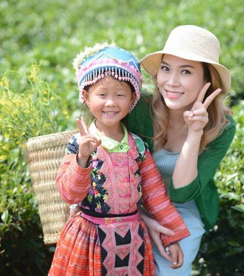 Mỹ Tâm xin chụp cùng cô bé dân tộc dễ thương tại Tây Bắc