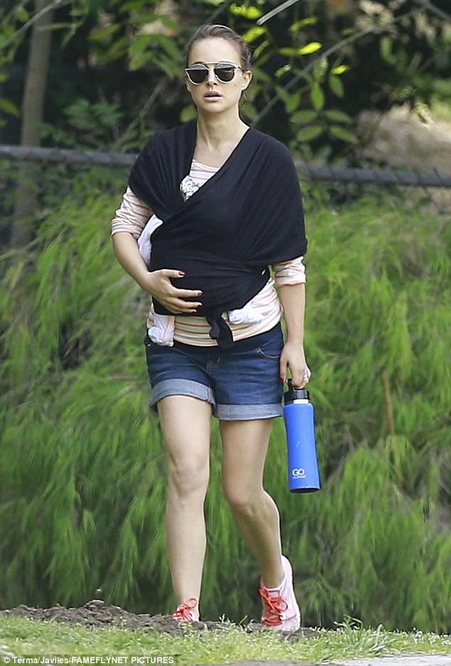 Natalie Portman địu con gái Amalia hơn 1 tháng tuổi đi chơi tại công viên ở Los Angeles ngày 5/4 vừa qua
