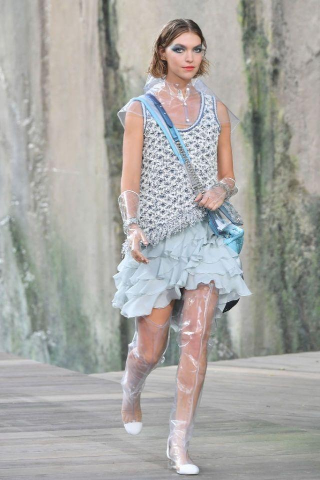 Chanel gây tranh cãi khi chạy theo trào lưu trang phục nhựa