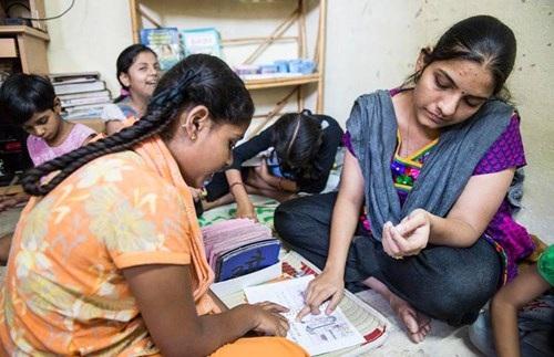 Aarti Naik dạy chữ cho một bé gái