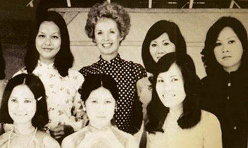 Bà Tippi Hedren (Áo đen chấm trắng- giữa) chụp hình chung với những người thợ nail người Việt đầu tiên.