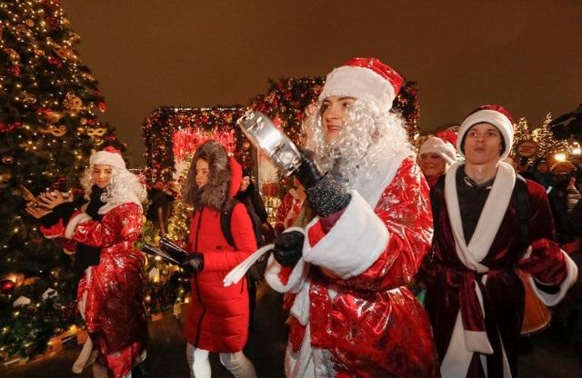 Người dân hóa trang thành ông già Noel trong hoạt động đón năm mới ngoài trời tại Moscow, Nga. (Ảnh: Reuters)