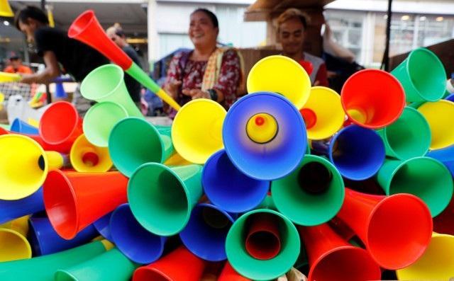 Những chiếc kèn nhiều màu được bày bán để phục vụ năm mới tại khu chợ ở thủ đô Manila, Philippines (Ảnh: Reuters)