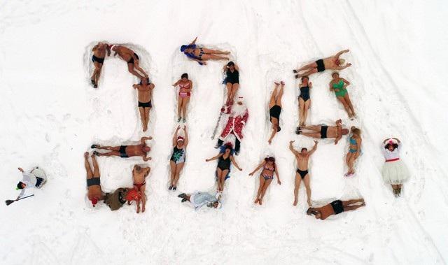Câu lạc bộ bơi mùa đông Cryophile tạo hình số 2018 trên tuyết để chào đón năm mới ở thành phố Krasnoyarsk, Siberia, Nga. (Ảnh: Reuters)