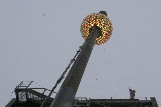 Thả quả cầu pha lê ở New York là một trong những hoạt động được chờ đợi nhất mỗi dịp năm mới tại Mỹ. Hàng nghìn người sẽ tập trung tại khu vực Quảng trường Thời đại vào thời khắc giao thừa để cùng đếm ngược cho tới khi quả cầu rơi xuống. (Ảnh: Reuters)