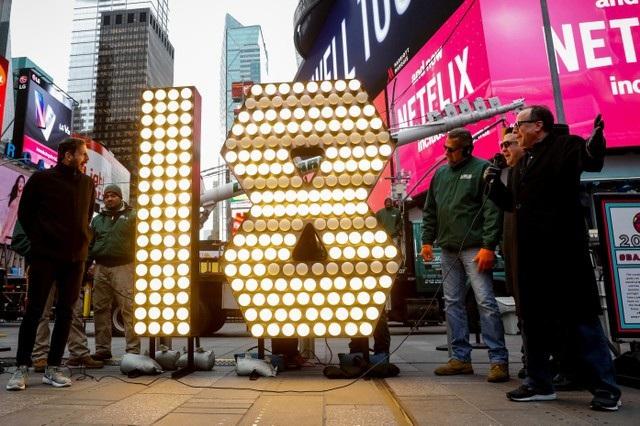 Con số 18 nổi bật, tượng trưng cho năm mới 2018, đã được dựng lên tại Quảng trường Thời đại và sẵn sàng cho chương trình đón năm mới tại đây. (Ảnh: Reuters)