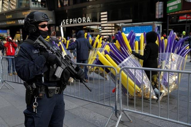 Tại các thành phố lớn, công tác an ninh được siết chặt để bảo đảm an toàn cho người dân khi tham gia các hoạt động đón năm mới ngoài trời trong bối cảnh nguy cơ khủng bố lan rộng ở các nước phương Tây. (Ảnh: Reuters)