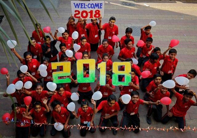 Không khí chào đón năm mới 2018 tại một ngôi trường ở Ahmedabad, Ấn Độ (Ảnh: Reuters)
