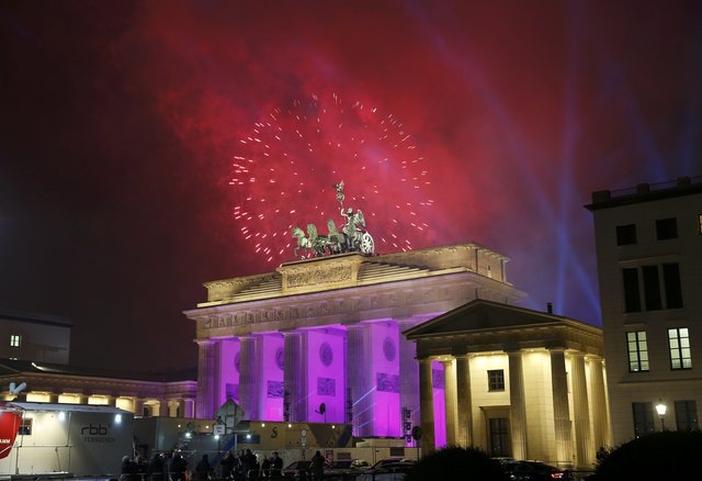 Cổng thành Brandenburg dưới ánh sáng của hàng ngàn bông pháo hoa trong thời khắc chuyển giao năm cũ và mới (Ảnh: Reuters)