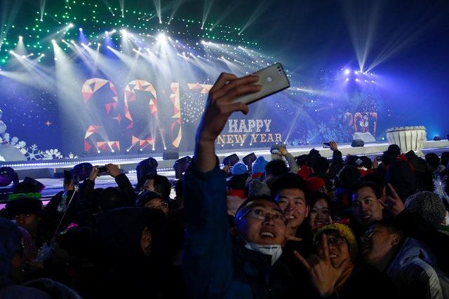 Mọi người tham gia màn đếm ngược đón năm mới tại Bắc Kinh, Trung Quốc (Ảnh: Reuters)