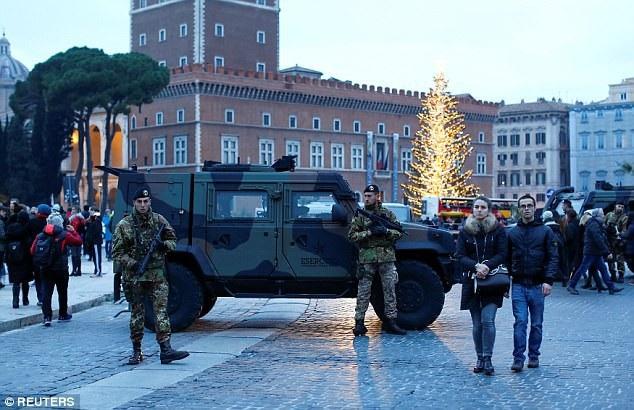 Cảnh sát tuần tra tại các khu vực tập trung đông người đón năm mới ở Rome, Italy để ngăn chặn các âm mưu khủng bố đêm giao thừa. (Ảnh: Reuters)