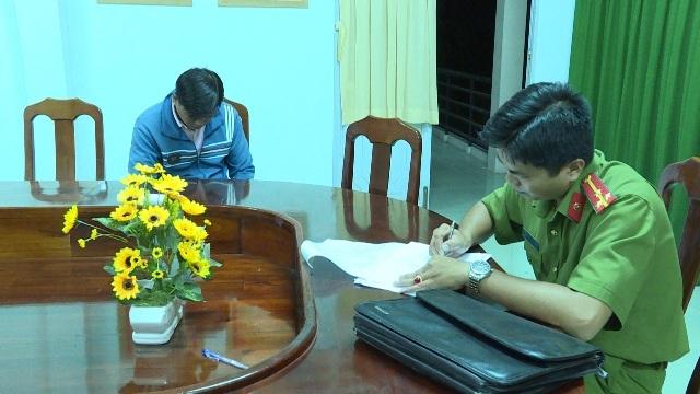 Nguyễn Nhựt Nam cúi gục xuống khi PV chụp ảnh