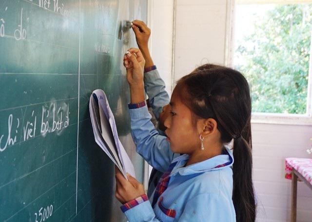Dù đã có sự quan tâm của Nhà nước và các tổ chức thiện nguyện nhưng sự học của các em vẫn đang hết sức khó khăn