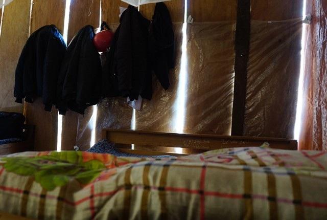 Giường ngủ của các thầy giáo kê sát vách gỗ, phải dùng mảnh ni lông che các kẽ hở tránh sương gió lùa vào từng đêm
