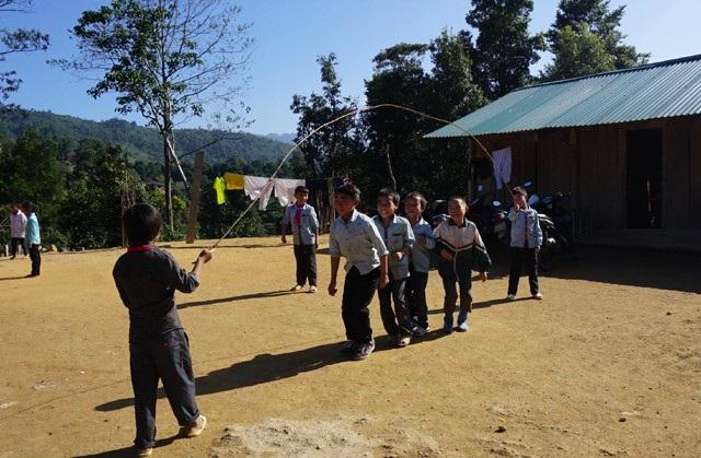 Học sinh điểm trường Nậm Tột trong giờ ra chơi