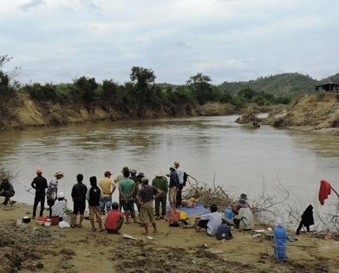 Người dân tập trung khu vực xảy ra chìm thuyền để chờ tìm kiếm thi thể nạn nhân mất tích (ảnh Báo Đắk Lắk)