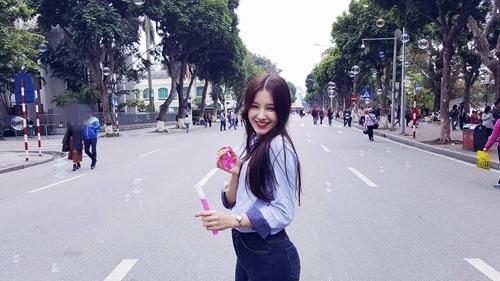 Cô gái trẻ hào hứng dạo chơi trên phố đi bộ