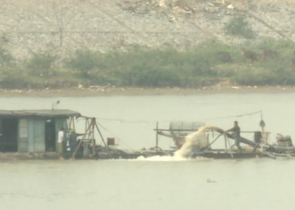 Hoạt động khai thác cát ở sông Cầu gây bức xúc cho người dân tỉnh Bắc Ninh
