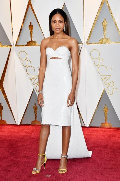 Naomie Harris cũng được đề cử giải Oscar cho vai nữ phụ xuất sắc nhất. Cô diện trang phục của Calvin Klein