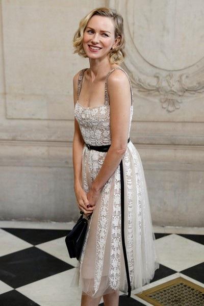 Naomi Watts khoe dáng thanh mảnh trong bộ váy ren trắng