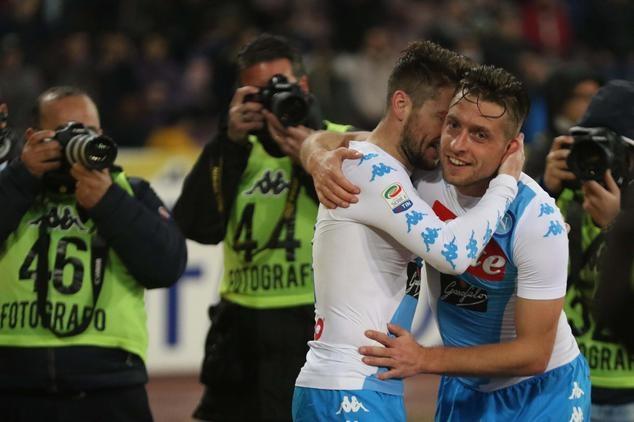 Napoli khởi động cho đại chiến với Real Madrid khi đánh bại Genoa 2-0 hồi cuối tuần
