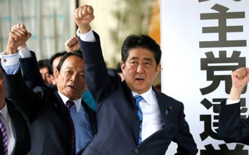 Thủ tướng Nhật Bản Shinzo Abe trong cuộc tổng tuyển cử sớm (Ảnh: Reuters)