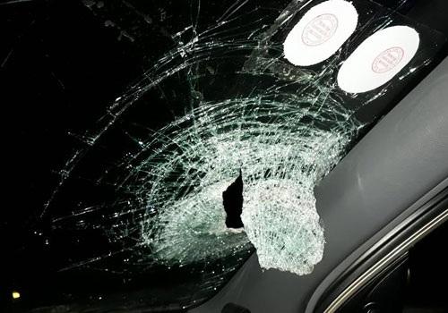 Chiếc xe của anh Ngọc đang lưu thông trên đường cao tốc thì bị đối tượng ném gạch vỡ kính chắn gió, gây nguy hiểm cho những người ngồi trên xe.