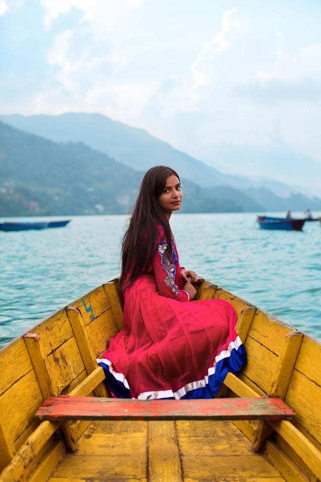 Thiếu nữ người Nepal trong trang phục truyền thống.