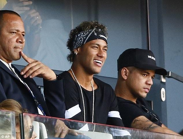 Neymar theo dõi trận đấu này một cách đầy hứng khởi