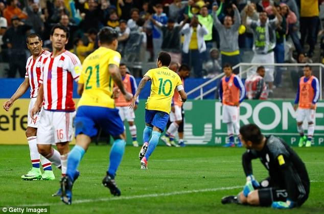 Neymar ăn mừng bàn thắng sau pha solo từ sân nhà