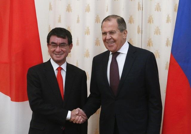 Ngoại trưởng Nga Sergey Lavrov (phải) bắt tay người đồng cấp Nhật Bản Taro Kono trong cuộc gặp tại Moscow ngày 24/11 (Ảnh: Reuters)