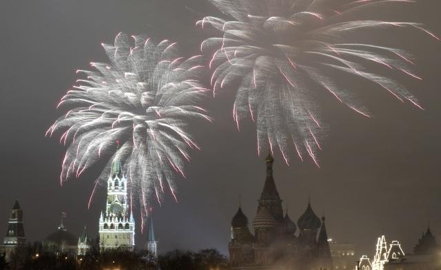 Pháo hoa bên trên điện Kremlin và thánh đường St. Basils trong thời khắc chuyển giao năm cũ và mới (Ảnh: Reuters)
