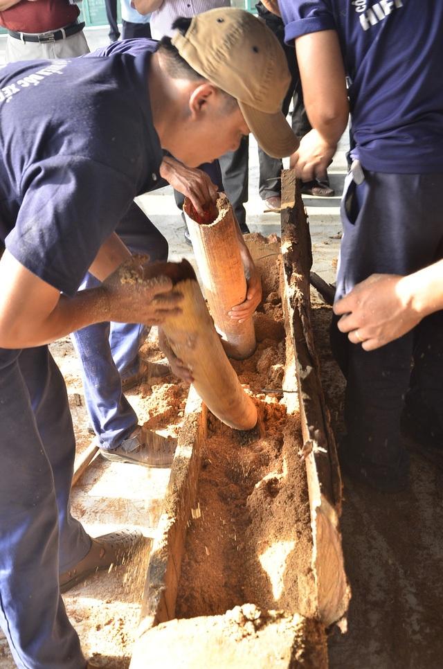 Ngà voi được cất giấu tinh vi trong các khúc gỗ (Ảnh: Đình Thảo).
