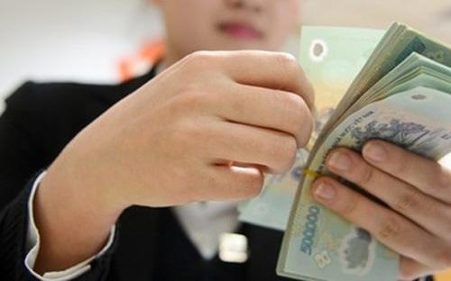 """Ông Dương Công Minh vừa """"thưởng nóng"""" 1 tháng lương cơ bản và nâng cao chính sách lương, phúc lợi cho hơn 17.000 nhân viên trong toàn hệ thống Sacombank từ tháng 7/2017."""