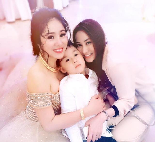 Nữ diễn viên Tường Vy cánh mỏng bất ngờ xuất hiện tại đám cưới người bạn thân Lê Phương tại Trà Vinh hôm 8/8. Vẫn giữ nét trẻ trung xinh đẹp, Ngân Khánh chia sẻ về quyết định đột ngột bỏ showbiz để đi du học.