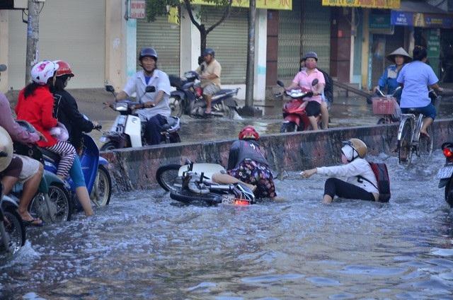 Đường Huỳnh Tấn Phát ngập mỗi khi mưa lớn và triều cường dâng cao (ảnh Đình Thảo)