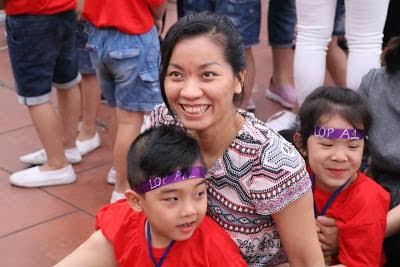 Nụ cười rạng của ba mẹ, thầy cô cùng tham gia trò chơi với các con.