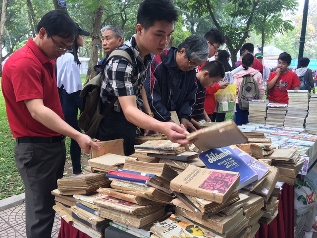 Ngày sách Việt Nam lần thứ tư tại công viên Thống Nhất (Hà Nội), gian hàng sách cũ thu hút nhiều đối tượng độc giả đến lựa chọn. Ảnh: HTL