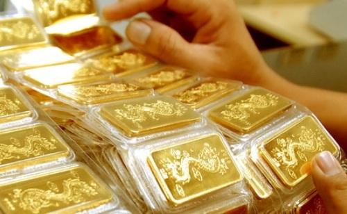 Nhiều người tin rằng, xuất tiền mua vàng đầu năm sẽ đem lại nhiều may mắn, tài lộc trong năm mới