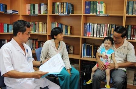 Một bệnh nhi được gia đình chuyển đến thăm khám vì phát hiện bất thường về khả năng nghe của bé