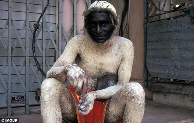 """Theo lời chia sẻ của người tải bức ảnh này lên trang, người đàn ông Ấn Độ trong hình được thuê và ngụy trang như vượn để """"chống lại cuộc xâm lược từ bầy khỉ""""."""